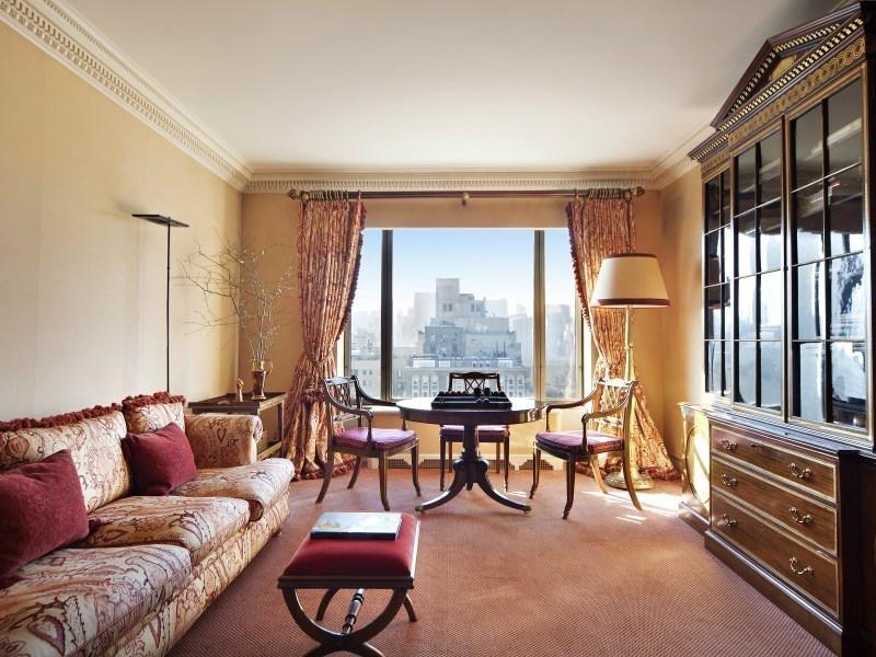 Billionaire pier luigi loro piana buys a glamourous for Avenue u living room