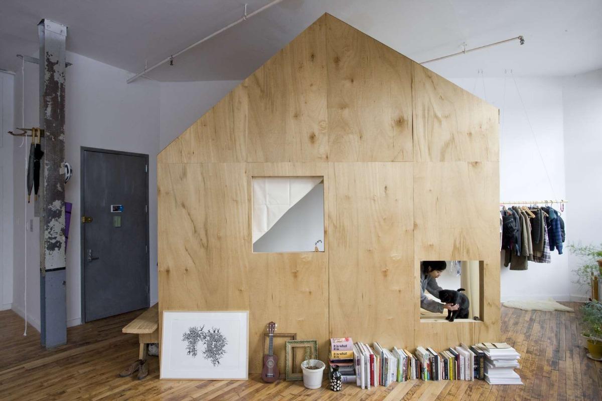 Brooklyn 39 s a cabin in a loft maximizes light and space - Casas de madera por dentro ...