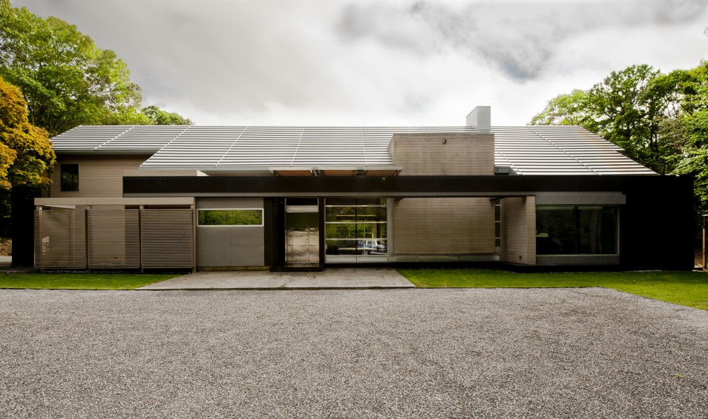 Mojo stumer 39 s east hampton home is a contemporary take on for Modern house new york