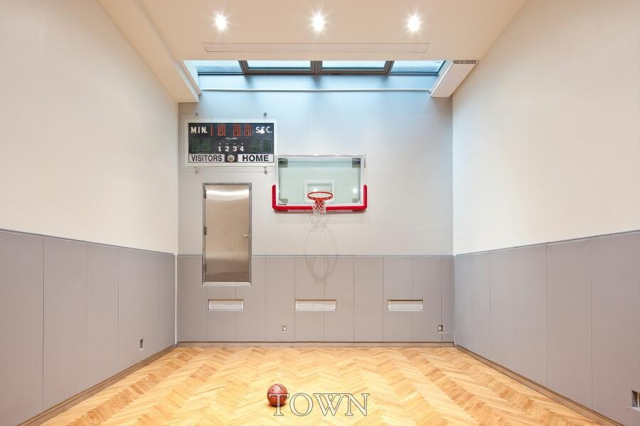 400 West Street, Robert and Cortney Novogratz, indoor basketball court