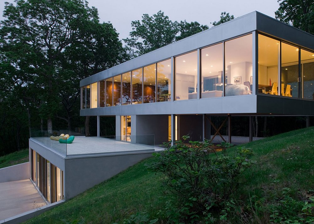 Stuart parr 39 s ultra contemporary clearhouse brings the for Elevated modern house design