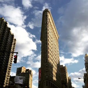 Flatiron in the sun #nyc #architecture #historicbuildings #nomad #simpsonsclouds #sunshine